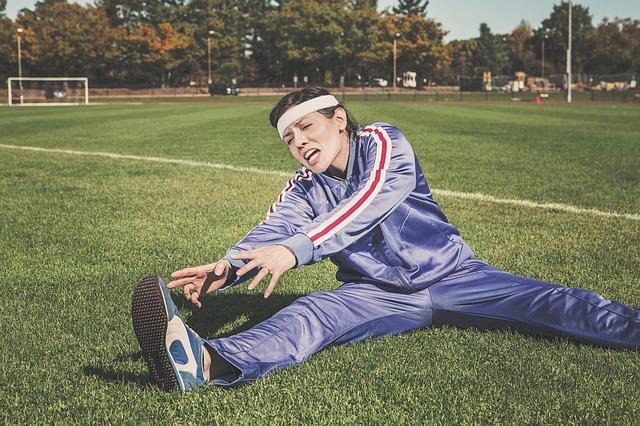 protahování se na fotbalovém hřišti.jpg