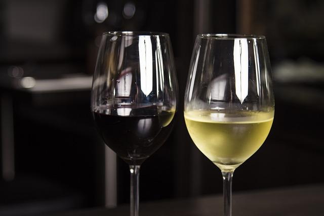 sklenka bílého a červeného vína