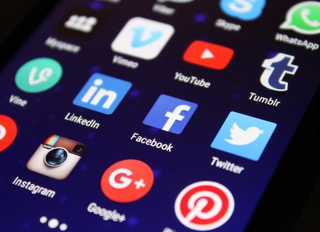 Různé sociální sítě na mobilu